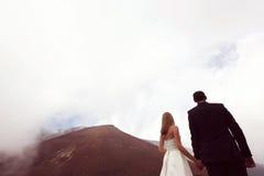 Amour de jeunes mariés sur la montagne Photos stock
