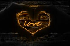 Amour de jour de valentines de fond de Herz Hände Holzzaun Image stock