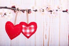 Amour de jour du mariage beau Coeur accrochant dessus Photographie stock