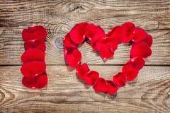 Amour de l'inscription I écrit avec des pétales de rose Photographie stock