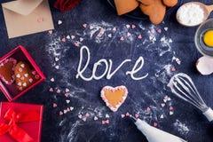 Amour de lettrage de crème de meringue de vue supérieure sur le fond en pierre noir avec des détails d'ingrediens, de boîte-cadea Image libre de droits
