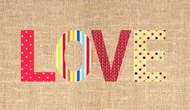 Amour de lettre de textile sur la toile de jute de toile de sac Photos stock