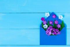Amour de lettre Enveloppe romantique avec des fleurs sur la table Déclaration des sentiments chauds Vue supérieure L'espace vide  Photographie stock libre de droits
