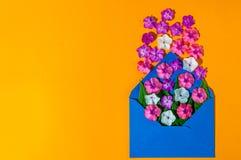 Amour de lettre Enveloppe romantique avec des fleurs sur le fond orange Déclaration des sentiments chauds Vue supérieure L'espace Images stock