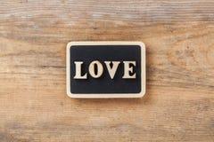 Amour de lettre sur le fond en bois Image stock