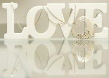 Amour de lettres avec le neklace de coeur Photos libres de droits