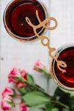 AMOUR de lettres sur des verres de vin Image stock