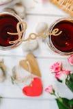 AMOUR de lettres sur des verres de vin Photos stock