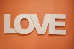 Amour de lettres sur le fond orange Photographie stock libre de droits