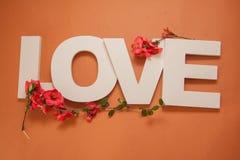 Amour de lettres sur le fond orange Images libres de droits
