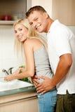 Amour de lune de miel dans la cuisine Photos stock