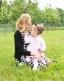 Amour de mère et de fille de campagne Photographie stock