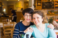 Amour de mère et de fille Femmes heureuses dans un café bon avec l'espace de copie sur le fond brouillé Femme âgée et son adulte Images stock