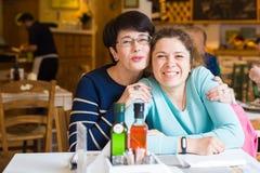 Amour de mère et de fille Femmes heureuses dans un café bon avec l'espace de copie sur le fond brouillé Femme âgée et son adulte Photo stock