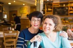Amour de mère et de fille Femmes heureuses dans un café bon avec l'espace de copie sur le fond brouillé Femme âgée et son adulte Photos stock