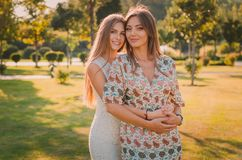 Amour de mère et de fille Une mère et une fille heureuses ont l'amusement dans le parc d'été Concept de la famille heureux Image stock