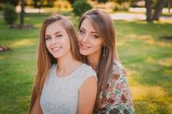 Amour de mère et de fille Une mère et une fille heureuses se reposent en parc d'été Concept de la famille heureux Photographie stock libre de droits