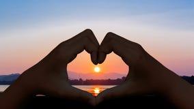 Amour de main à la plage Image libre de droits