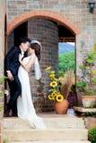 Amour de mariage de couples de jeunes mariés Photographie stock libre de droits