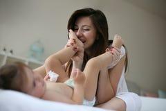 Amour de matin Mère et petite fille de bébé Images stock