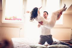 Amour de matin un amusement Couples dans l'amour Images stock