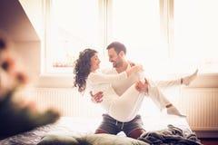 Amour de matin un amusement Couples dans le bâti Image libre de droits