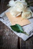 Amour de message vous sur le vieux papier et bouquet des roses blanches Image libre de droits