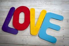 Amour de mot de vieilles plaques en bois de cru. Image stock