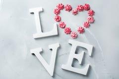 Amour de mot des textes de vacances de jour de valentines avec le coeur rose de meringue Photo libre de droits