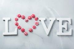 Amour de mot des textes de vacances de jour de valentines avec le coeur rose de meringue Image libre de droits