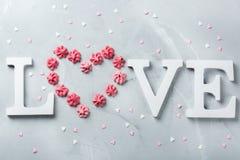 Amour de mot des textes de vacances de jour de valentines avec le coeur rose de meringue Image stock