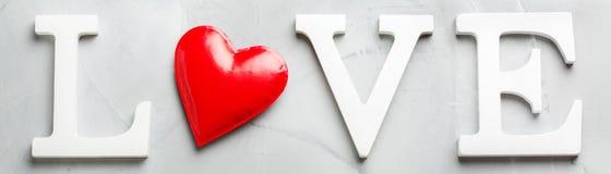 Amour de mot des textes de vacances de jour de valentines avec le coeur rouge Images stock