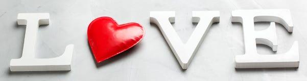 Amour de mot des textes de vacances de jour de valentines avec le coeur rouge Photographie stock libre de droits