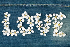 Amour de mot effectué à partir des fleurs Image libre de droits