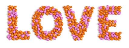 Amour de mot effectué à partir des sucreries colorées de dragée Photographie stock libre de droits