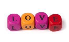 Amour de mot sur les cubes en bois multicolores Image libre de droits