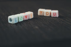 Amour de mots vous écrit dans les blocs en céramique Images libres de droits