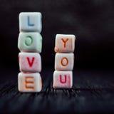 Amour de mots vous écrit dans les blocs en céramique Photo stock