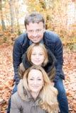 Amour de père et de fille de mère en automne Photos stock