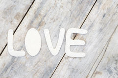 Amour de papier de mot sur le fond en bois Photographie stock libre de droits