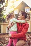 Amour de part de mère et de fille Yeux aux yeux Image libre de droits