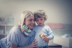 Amour de part de mère et de fils inside Photo libre de droits