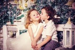 Amour de petit garçon et de fille Photographie stock libre de droits