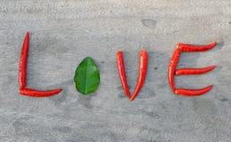 Amour de poivre de piment sur un fond en bois Photo libre de droits