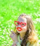 Amour de premier concept de vue Enfant posant avec les lunettes en forme de coeur de carton et la bouche de sourire Fille sur le  Image libre de droits