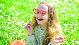 Amour de premier concept de vue Enfant posant avec les lunettes en forme de coeur de carton La fille sur le visage heureux dépens Image stock