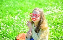 Amour de premier concept de vue La fille sur le visage heureux dépensent des loisirs dehors La fille s'assied sur l'herbe au gras Photo stock