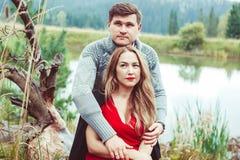Amour de promesse de deux amants tenant des mains Photographie stock
