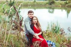 Amour de promesse de deux amants tenant des mains Photo libre de droits
