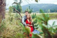 Amour de promesse de deux amants tenant des mains Photo stock
